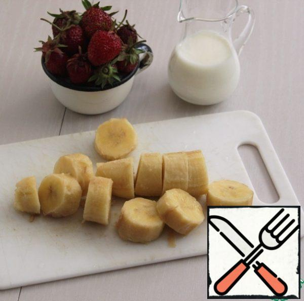 Remove the banana from the freezer, peel and slice. ( And it is even better to freeze the banana already peeled and sliced.)
