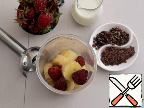 Put the sliced banana in the bowl of the blender, add 3-4 strawberry berries to taste and 1-2 tbsp of milk, break through the blender until smooth.