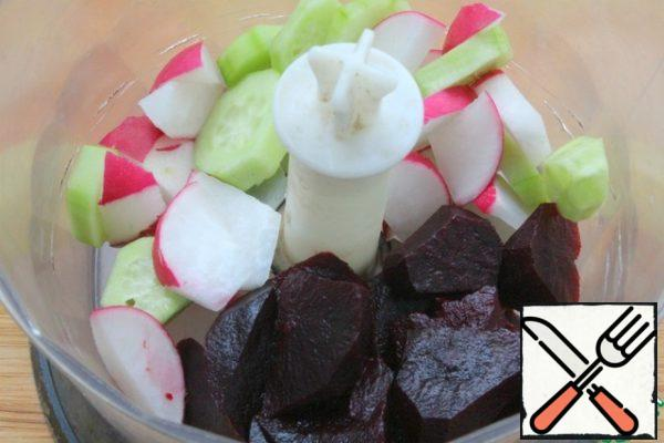 Peel the cucumber, put it in a blender, add the peeled and chopped beetroot, add the chopped radish.