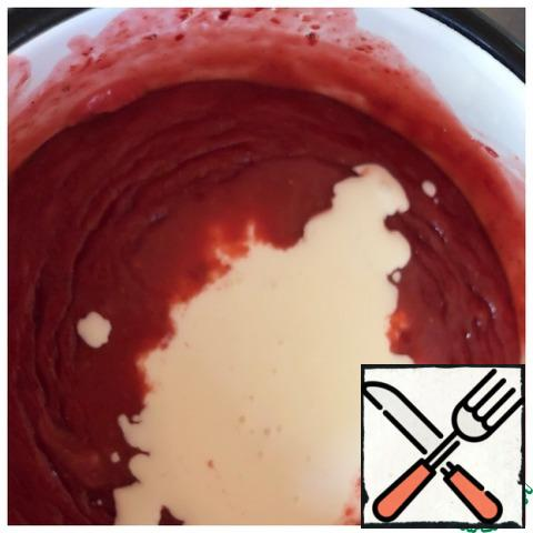 Add 200 ml of cream to the cooled strawberry puree and beat for a minute.