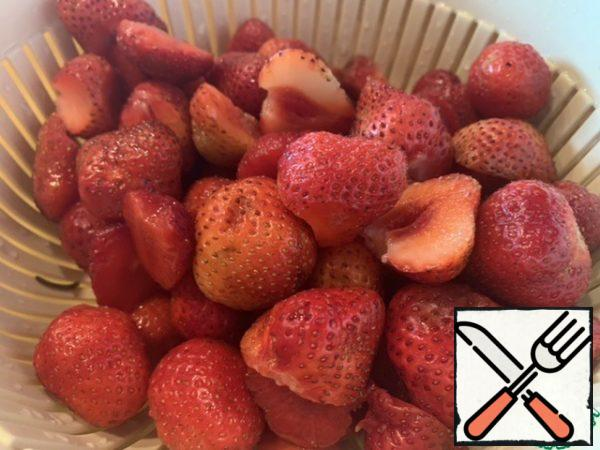 Select and wash the strawberries, cut them in half too large.