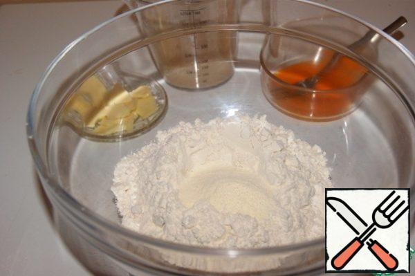 Dough: Dilute the yeast in water. Beat the yolk 1 with a fork. Mix flour, sugar, salt, vanilla and milk powder.