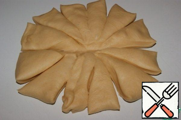 Knead the dough and spread it out in a circle 20 cm in diameter. Cut into 12 segments.