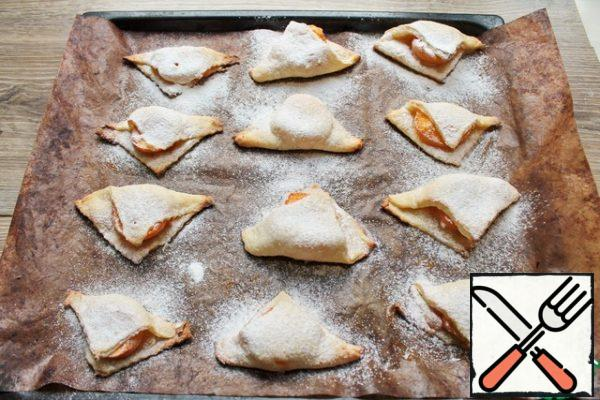 Cool triangles well sprinkle with powdered sugar. Of course, you can not do this, but then they will turn sour.