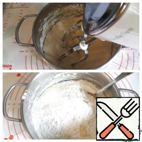 Prepare the dough for the baskets. To do this, beat the margarine and sugar well with a mixer, add the egg, vanilla, add flour and knead the dough.