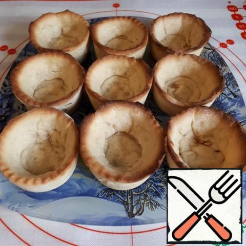 Bake in the oven at a temperature of 200 g for about 30 minutes. Before baking, it is better to put parchment in a basket and pour small beans or peas, so that the dough does not deform, after 10 minutes, remove everything and finish baking.