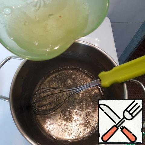 Heat sugar and water constantly stirring, bring to a boil, set aside the pan and enter the dissolved gelatin.