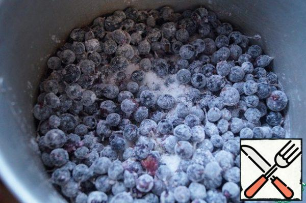 Prepare the currant filling. Currant berries in a saucepan with a thick bottom, mix with sugar and starch.