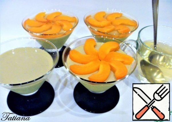Cut the apricots into slices. Put the apricot slices on the frozen Panna cotta and pour the fruit jelly (cold) on top.