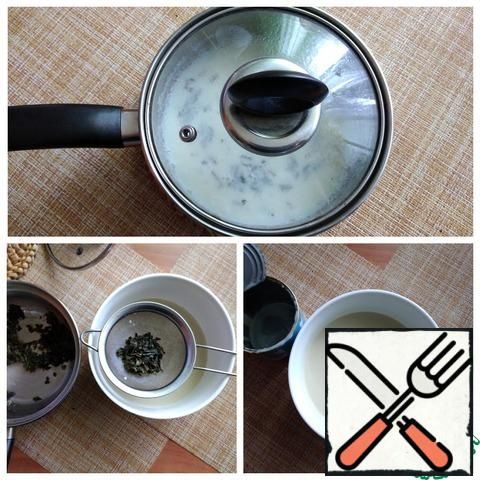 Cover with a lid and let the tea brew in milk. The contents of the pan should cool completely. We filter the milk into the dish in which we will make ice cream. Spread the condensed milk. Carefully connect.