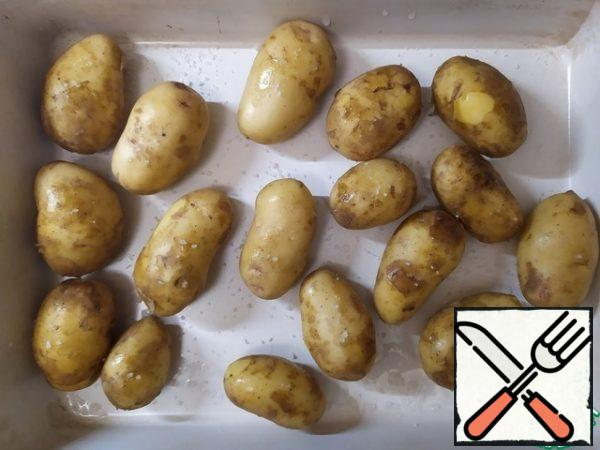 Wash the potatoes, put them in a mold, and sprinkle with sea salt. Cover with foil and bake in the oven for 40 minutes at 150 degrees.
