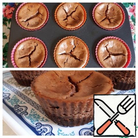 Bake in the oven for 30 minutes at t=140 *C. After the cakes are baked, cool them to room temperature, and then put them in the refrigerator for 2-3 hours to stabilize.