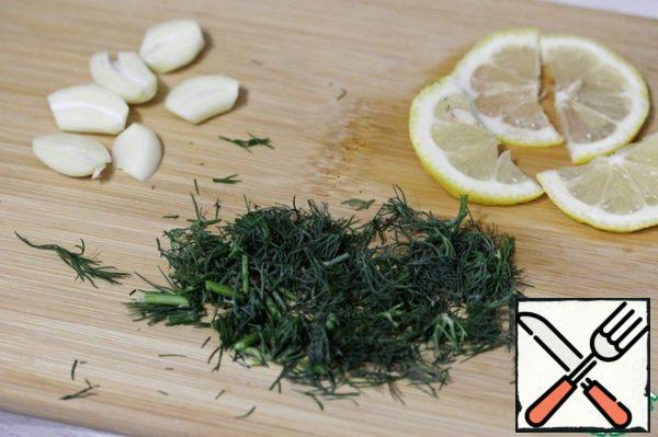 Peel the garlic and cut it into halves. Wash the dill, dry it thoroughly and chop it coarsely. Cut off 3-4 circles of lemon (you can cut them in half, or you can leave them whole).