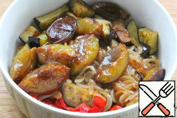 Put the fried vegetables in a salad bowl. Last fry the plums for 2-3 minutes, without defrosting, in a small amount of oil. Spread the plums with the rest of the vegetables.