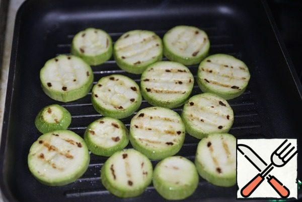 Sprinkle the zucchini with oil and fry on the grill pan on both sides.