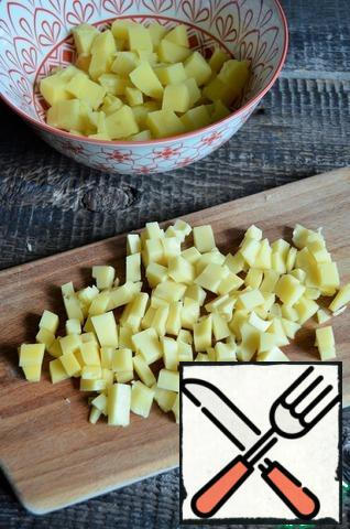 Cut the cheese into small cubes and add to the potatoes.