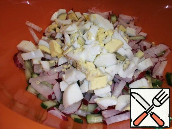 Coarsely cut the boiled eggs.