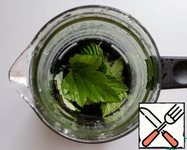 Wash the currant, raspberry and mint leaves and place them in a teapot.