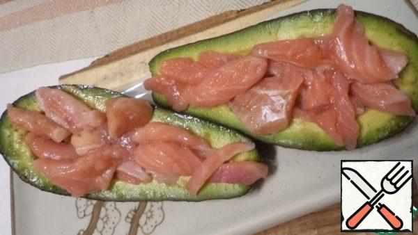 In avocados, remove part of the pulp from the middle with a spoon and fill them with pickled fish.
