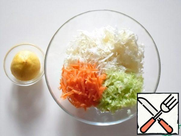 """Chop the cabbage into strips and knead it with your hands. Grate carrots and bell peppers on a grater """"large scales"""", combine with cabbage. Pour the lemon juice, season with salt, sugar and mix."""