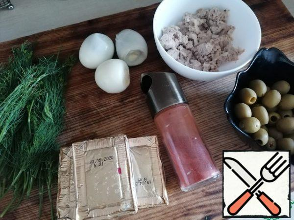 Prepare the ingredients. Eggs already boiled should be. Cream cheese can be slightly freeze, it will be easier to grate.