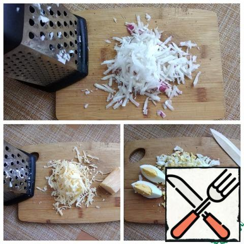 Grate the turnip and cheese on a medium grater. Eggs finely chop. You can grate them, too.