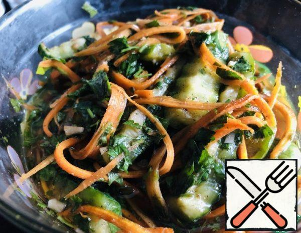 1. grate one large carrot on a grater for Korean carrots. 2. Cucumbers cut into cubes. 3. Parsley, coriander, garlic-finely chop. 4. in a bowl, mix cucumbers, chopped herbs and garlic, carrots, add vegetable oil, wine vinegar, soy sauce, balsamic sauce, spices - mix. 5. Remove to the refrigerator so that the cucumbers are soaked for 12 hours, but we start eating these cucumbers after an hour.)