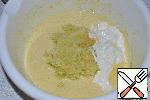 Squeeze the zucchini, add together with sour cream to the egg mixture and mix.