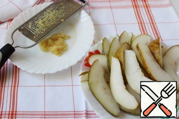 Peel and grate the ginger and cut the pear into thin slices.