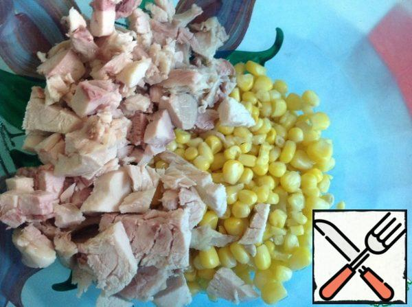 Drain the excess liquid from the corn. Cut the chicken breast into small cubes.
