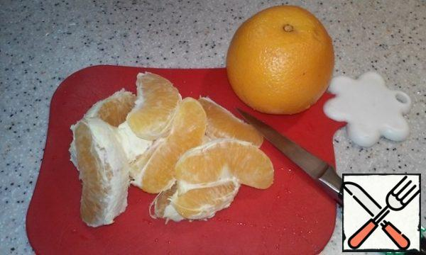 Peel the oranges, divide them into slices and cut each into 4-5 parts.