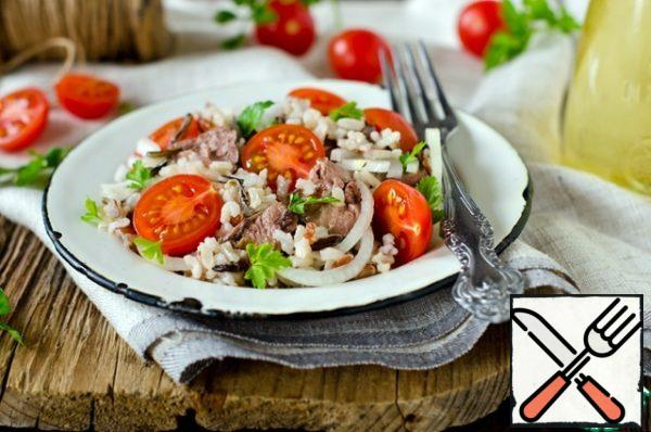 Mix rice with tomatoes, onions, cod liver (broken into pieces), salt, pepper, garnish with parsley leaves, fill with oil from a can of cod liver.