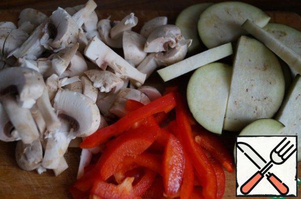 Half a medium-sized eggplant and mushrooms cut into slices. Cut the pepper into strips.