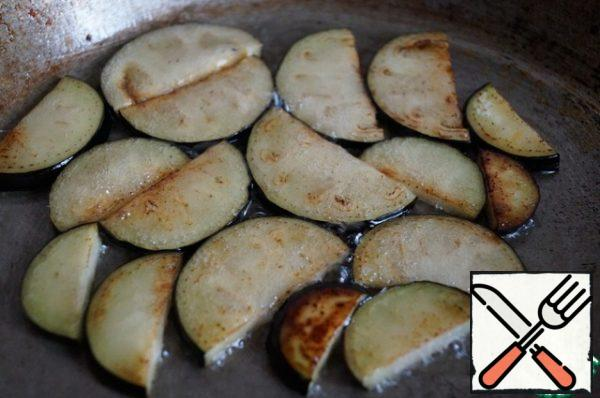 Fry the eggplants in vegetable oil until Golden brown, and put them in a separate bowl.