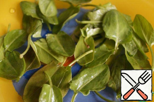 Put the washed leaves of young sorrel on a plate.