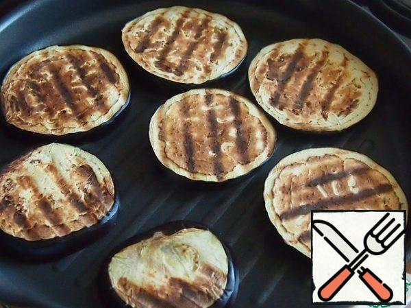 Cut the eggplant into circles about 1 cm thick and fry in a dry pan or grill until soft, then cut into medium-sized pieces.