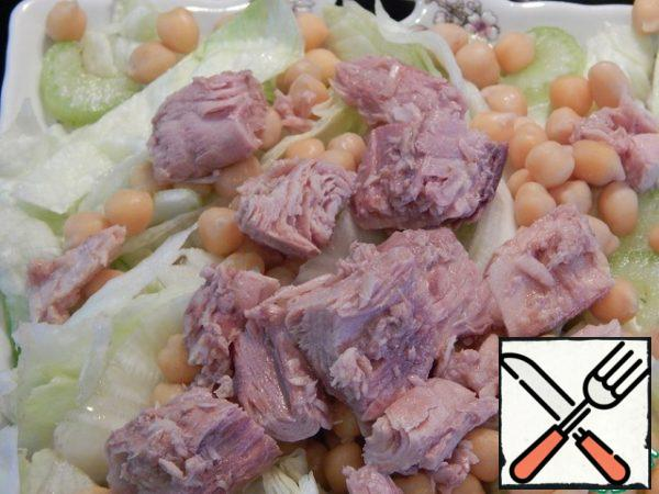 Put chickpeas and tuna slices on the salad.