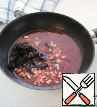 Add the sliced prunes and garlic and simmer for 3-4 minutes.