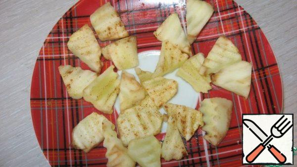Cut the apples into pieces, lightly sprinkle with sugar (if they are sour), sprinkle with nutmeg and put in the microwave for 30 seconds (power 750 W). The apples will be slightly baked, but will remain slightly crunchy inside. Cool.