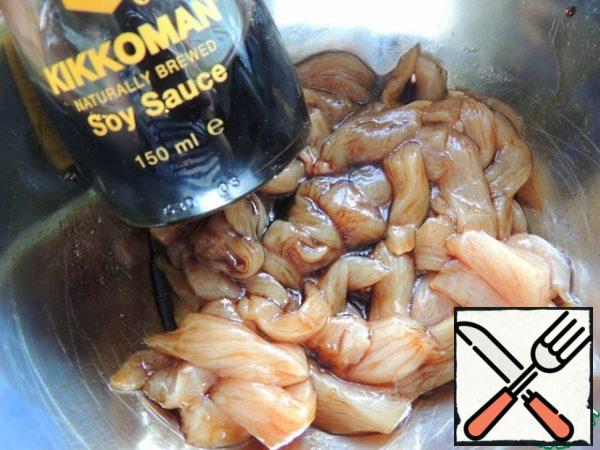 Cut the chicken fillet into strips, add 2 tbsp soy sauce and 1 tsp olive oil, mix and leave to marinate a little.