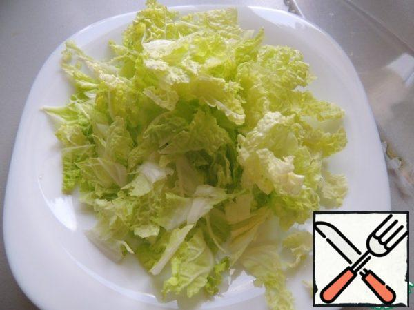 Cut the cabbage coarsely.