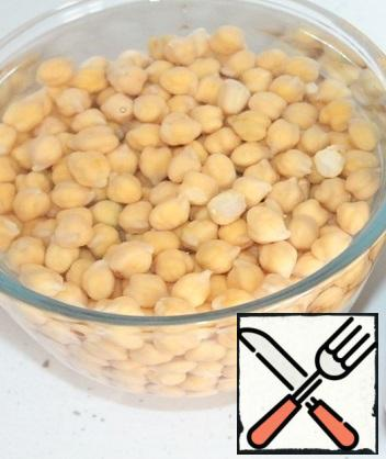 Soak the chickpeas in cold water for at least 4 hours. It is best to do this at night, periodically changing the water. After soaking, fill the chickpeas with cold water, put them on the fire and cook for 10 minutes. on high heat and 50 min. on a small fire. Ready chickpeas are washed under cold water.