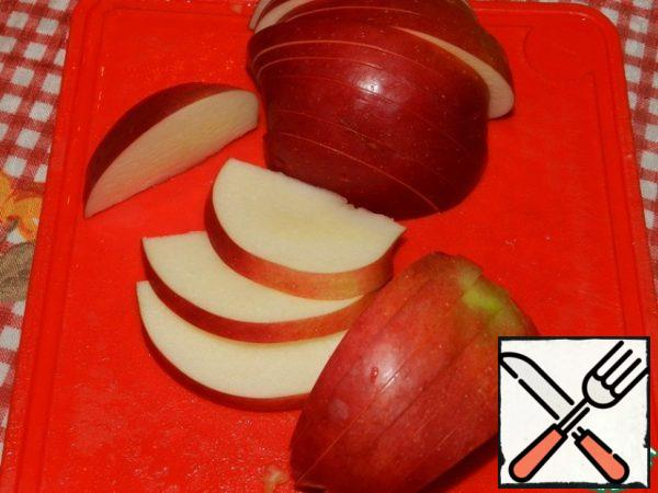 Remove the Apple core and cut it into slices.
