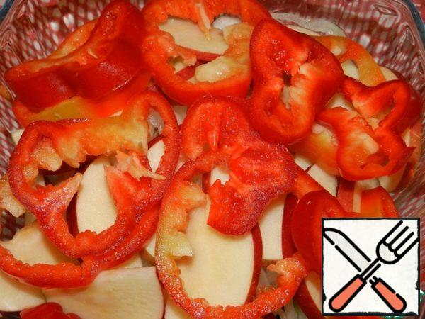 Cut the pepper into rings, put the Apple and pepper in a salad bowl with the rest of the ingredients.