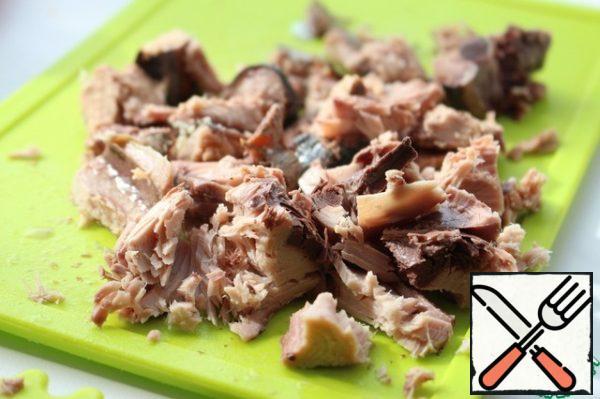 Cut the tuna into small pieces.