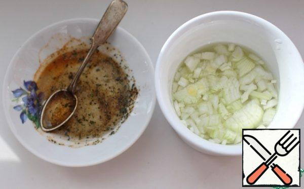 Peel the onion, chop finely and pour over hot water to remove the bitterness.  Let stand for 10 minutes, drain the water, and squeeze the onion thoroughly.  Pickled onions can also be used.  Make a refueling.  Mix oil, salt, pepper, lemon balm and garlic powder.