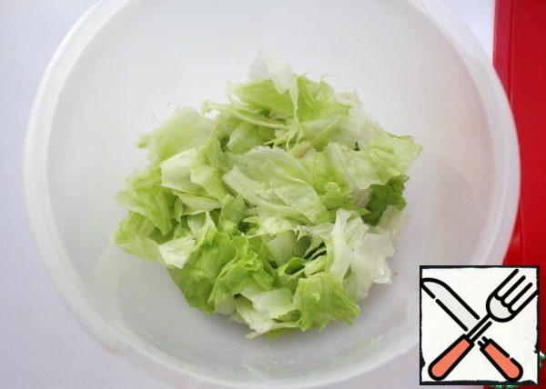 Tear lettuce leaves into small pieces with your hands.