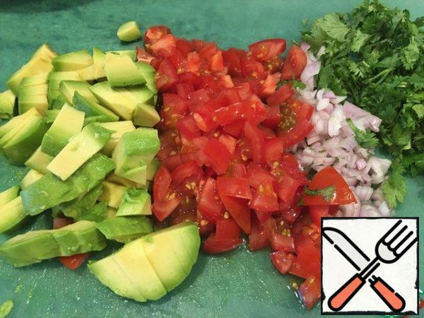 Chop cilantro and green onions.  Peel chili or jalapenos from seeds (work with gloves!) And chop finely.  Cut the avocado and tomatoes into 1 x 1 cm cubes.