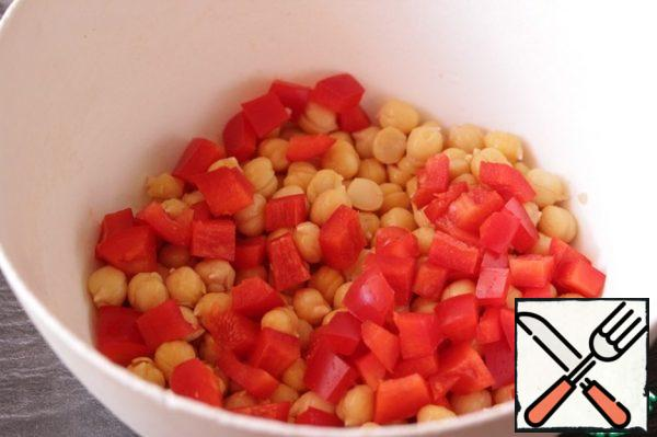 Add the sweet pepper, cut into cubes.