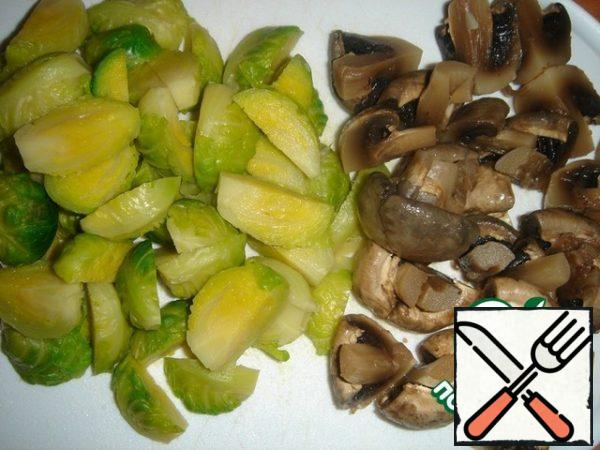 Cut the Brussels sprouts and mushrooms into 4 pieces.